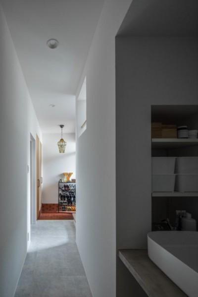 廊下からみる玄関 (1階リビングから2階リビングへ変更、光と風を取り入れるやわらかなモノトーンの家(吹田の家リノベーション))