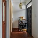1階リビングから2階リビングへ変更、光と風を取り入れるやわらかなモノトーンの家(吹田の家リノベーション)の写真 既存のタイルを生かした玄関