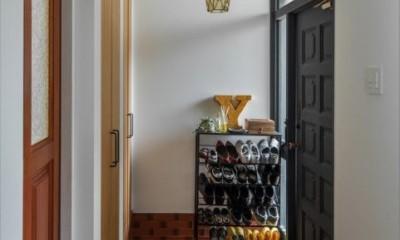既存のタイルを生かした玄関|1階リビングから2階リビングへ変更、光と風を取り入れるやわらかなモノトーンの家(吹田の家リノベーション)
