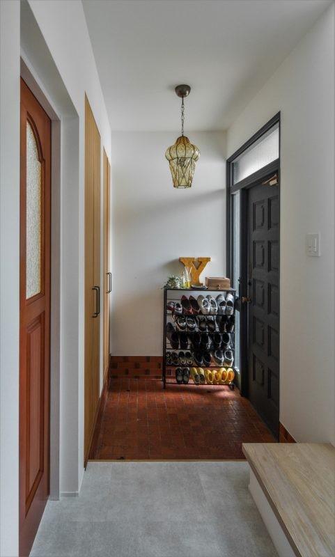 1階リビングから2階リビングへ変更、光と風を取り入れるやわらかなモノトーンの家(吹田の家リノベーション) (既存のタイルを生かした玄関)