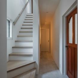 1階リビングから2階リビングへ変更、光と風を取り入れるやわらかなモノトーンの家(吹田の家リノベーション) (階段)