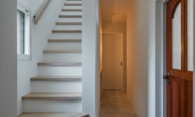階段|1階リビングから2階リビングへ変更、光と風を取り入れるやわらかなモノトーンの家(吹田の家リノベーション)