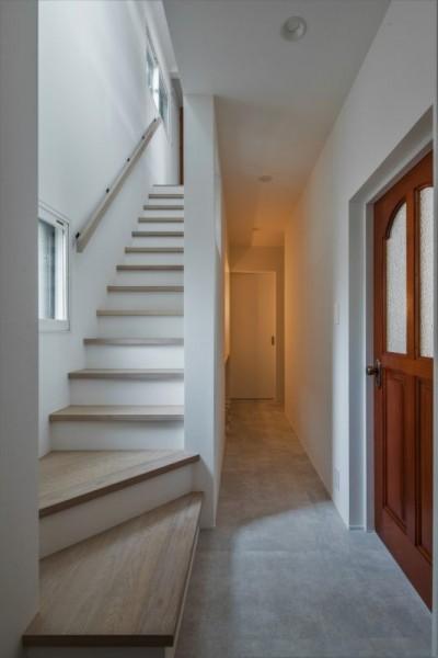 階段 (1階リビングから2階リビングへ変更、光と風を取り入れるやわらかなモノトーンの家(吹田の家リノベーション))