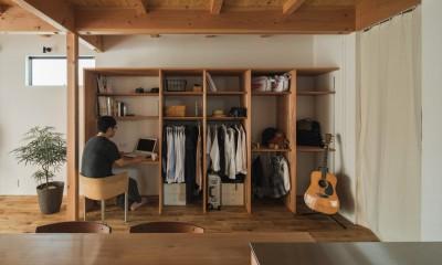 家族ごとの収納とパソコンコーナー|収納家具にプラスαの機能を付けた収納をテーマにした家(野路の家)