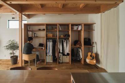 家族ごとの収納とパソコンコーナー (収納家具にプラスαの機能を付けた収納をテーマにした家(野路の家))