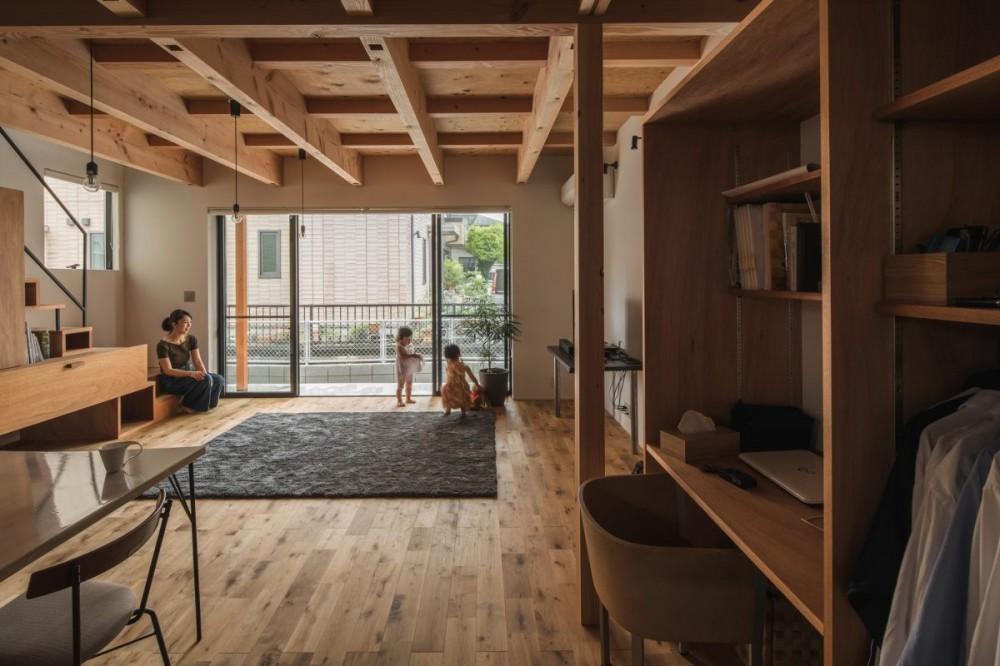 収納家具にプラスαの機能を付けた収納をテーマにした家(野路の家) (開放感のあるリビング)
