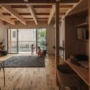 収納家具にプラスαの機能を付けた収納をテーマにした家(野路の家)の写真 開放感のあるリビング