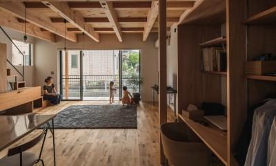 開放感のあるリビング|収納家具にプラスαの機能を付けた収納をテーマにした家(野路の家)