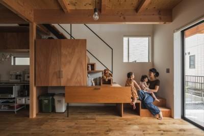 収納と階段 (収納家具にプラスαの機能を付けた収納をテーマにした家(野路の家))