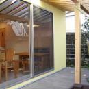 Days-Cafe 小さな庭を眺めるCafeの写真 アプローチよりテラスを見る