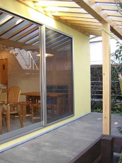 Days-Cafe 小さな庭を眺めるCafe (アプローチよりテラスを見る)
