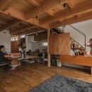 収納家具にプラスαの機能を付けた収納をテーマにした家(野路の家)の写真 LDKとリビング階段