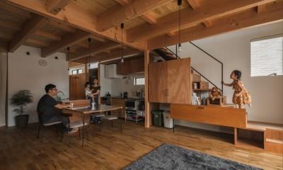 LDKとリビング階段|収納家具にプラスαの機能を付けた収納をテーマにした家(野路の家)