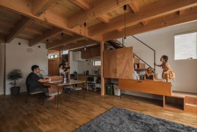 LDKとリビング階段 (収納家具にプラスαの機能を付けた収納をテーマにした家(野路の家))