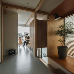 収納家具にプラスαの機能を付けた収納をテーマにした家(野路の家) (廊下)
