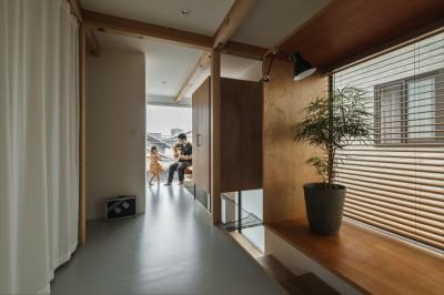 廊下 (収納家具にプラスαの機能を付けた収納をテーマにした家(野路の家))