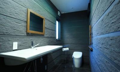 異素材で造るインダストリアルなトイレ