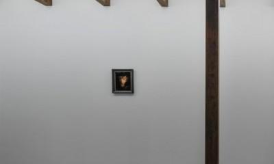 間接光を取り入れた廊下|プライバシーを確保しながら光を取り入れる美術館のような家(石部東の家)