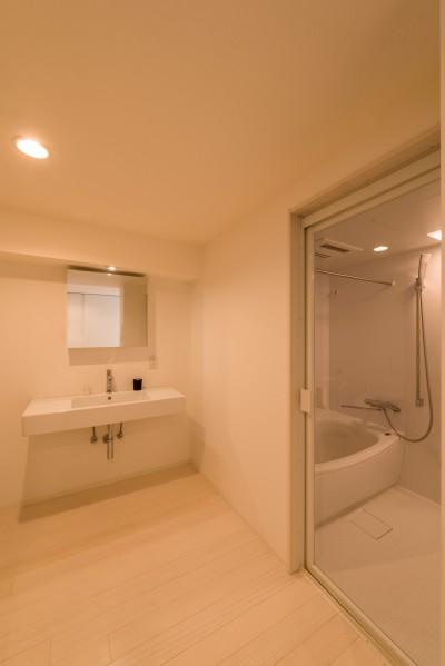 大人シックなホワイト・シンプルデザイン (バスルーム・洗面室)