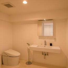 大人シックなホワイト・シンプルデザイン (洗面室・トイレ)