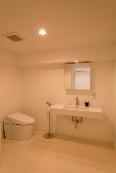 洗面室・トイレ (大人シックなホワイト・シンプルデザイン)