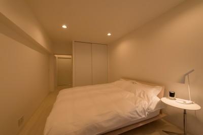 ベッドルーム (大人シックなホワイト・シンプルデザイン)