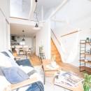天井裏のスペースを部屋に取り込む戸建てリノベーションの写真 リビング