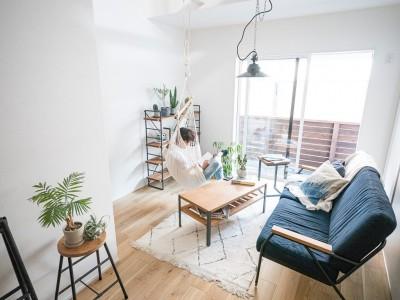 天井裏のスペースを部屋に取り込む戸建てリノベーション (リビング)