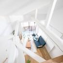 天井裏のスペースを部屋に取り込む戸建てリノベーションの写真 吹き抜け