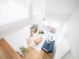 天井裏のスペースを部屋に取り込む戸建てリノベーション (吹き抜け)