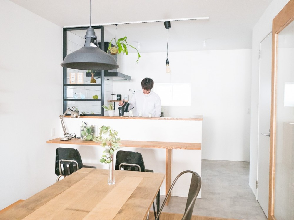 天井裏のスペースを部屋に取り込む戸建てリノベーション (キッチン)