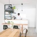 天井裏のスペースを部屋に取り込む戸建てリノベーションの写真 キッチン