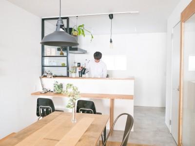 キッチン (天井裏のスペースを部屋に取り込む戸建てリノベーション)