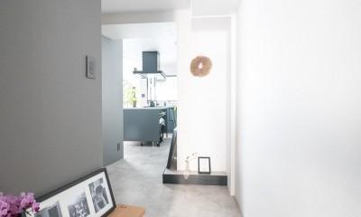 ホワイト×グレーの個性派キッチンのローコストリノベーション (玄関)