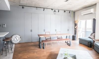 ホワイト×グレーの個性派キッチンのローコストリノベーション