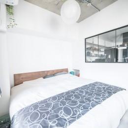 ホワイト×グレーの個性派キッチンのローコストリノベーション (寝室)