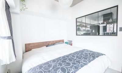 寝室|ホワイト×グレーの個性派キッチンのローコストリノベーション