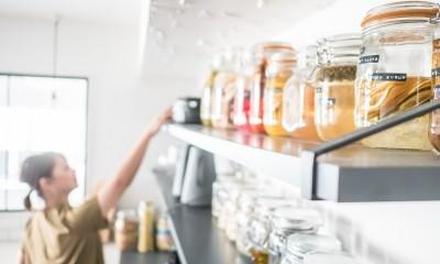 ホワイト×グレーの個性派キッチンのローコストリノベーション (キッチン飾り棚)