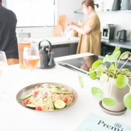 ホワイト×グレーの個性派キッチンのローコストリノベーション (作業台)