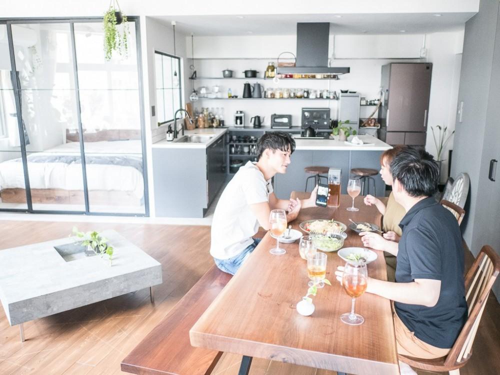 ホワイト×グレーの個性派キッチンのローコストリノベーション (ダイニング)