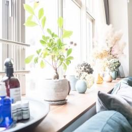 ホワイト×グレーの個性派キッチンのローコストリノベーション (窓際カウンター)