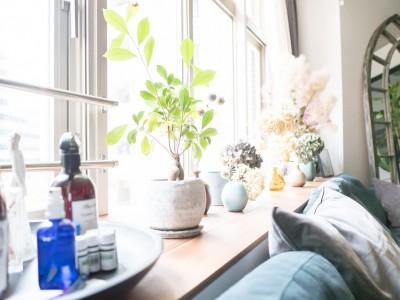 窓際カウンター (ホワイト×グレーの個性派キッチンのローコストリノベーション)