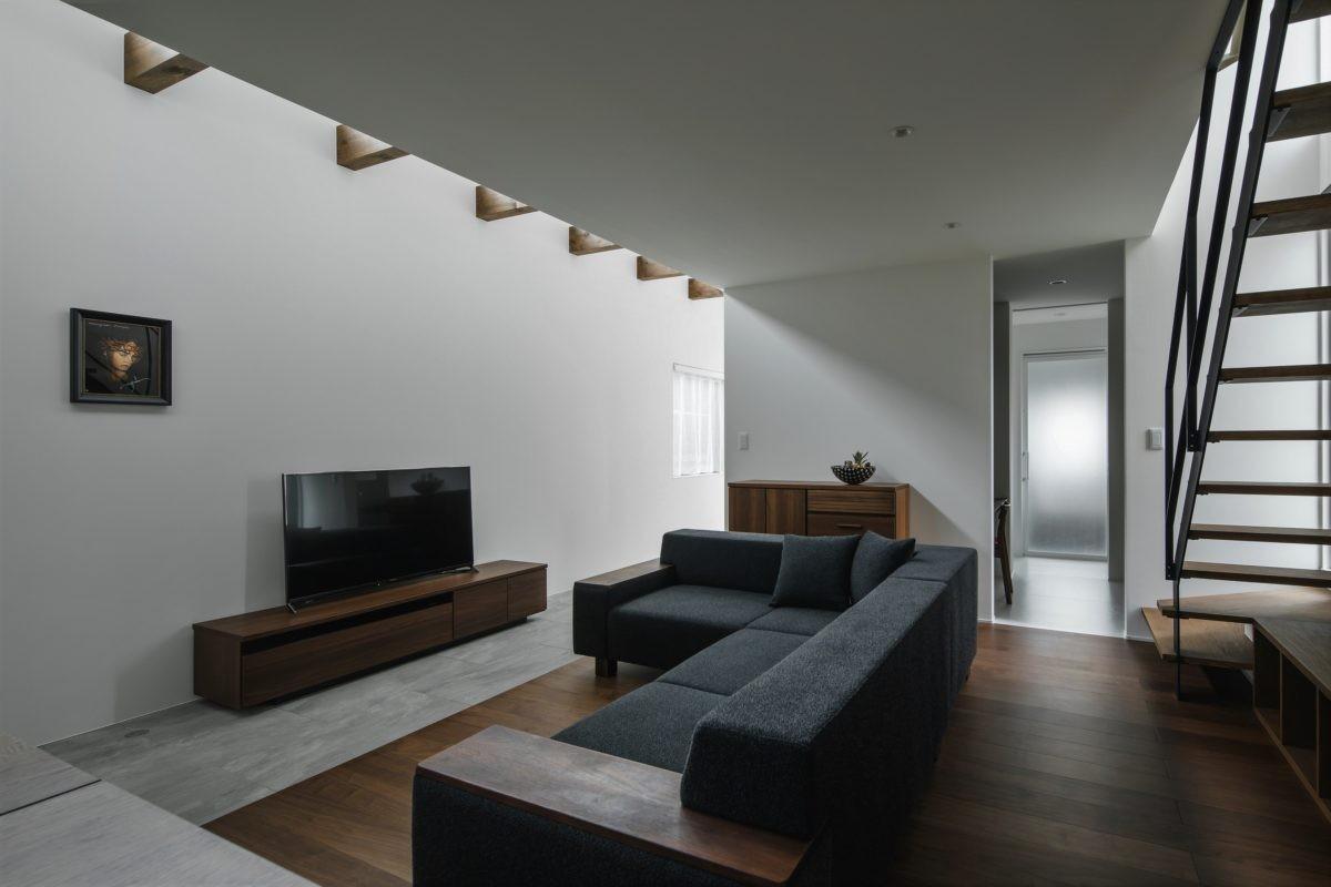リビングダイニング事例:リビング(プライバシーを確保しながら光を取り入れる美術館のような家(石部東の家))