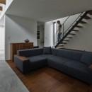 プライバシーを確保しながら光を取り入れる美術館のような家(石部東の家)の写真 リビング階段とリビング