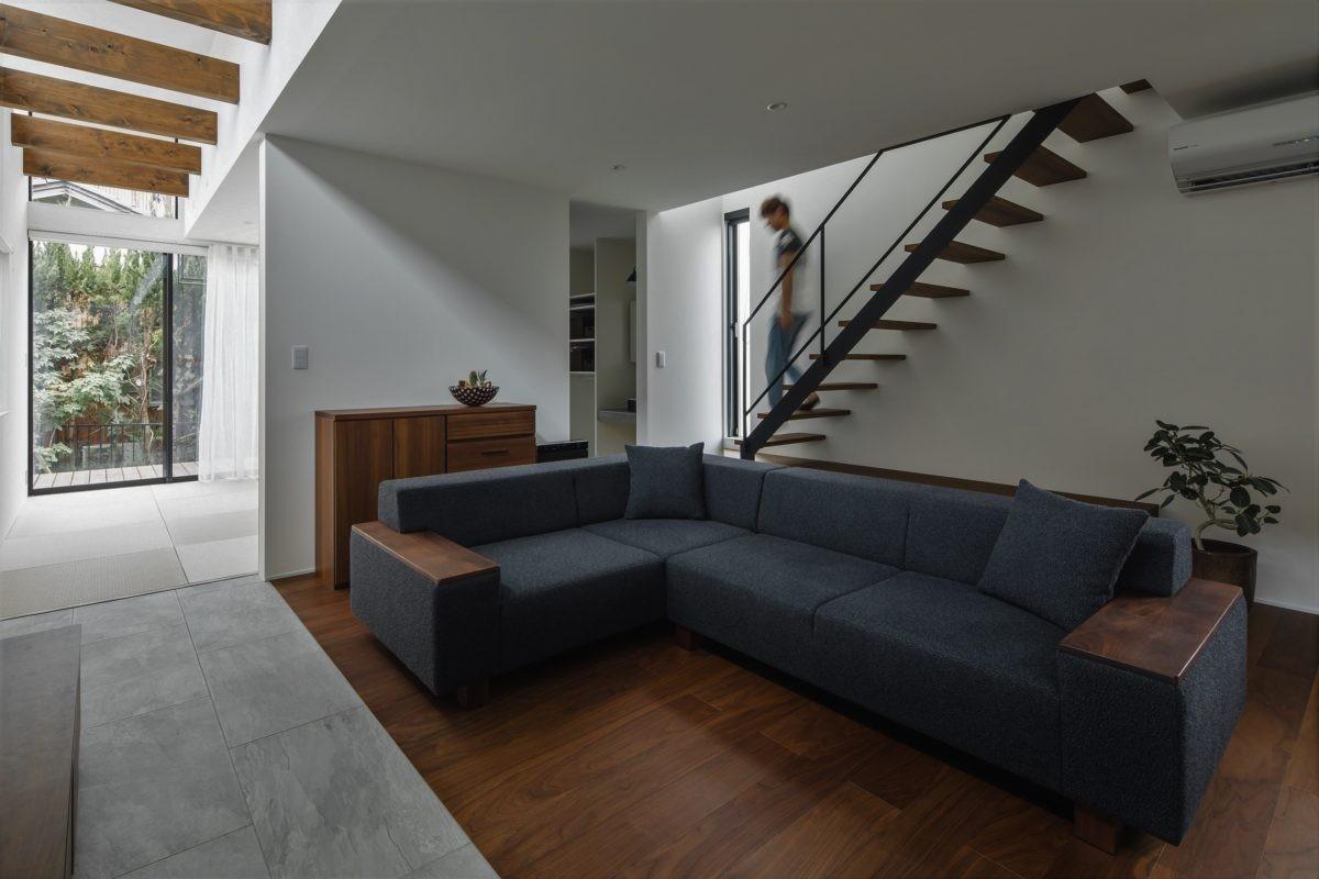 リビングダイニング事例:リビング階段とリビング(プライバシーを確保しながら光を取り入れる美術館のような家(石部東の家))