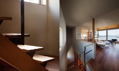 階段詳細と2階のLDK|荒崎週末住居〜海・夕陽・富士山を望む家〜
