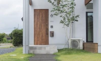 グランピングリゾートのような軒下のある家(甲南の家) (玄関)