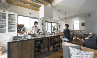 キッチンをLDKの中心に家族が繋がる家(野洲の家リノベーション) (キッチン)