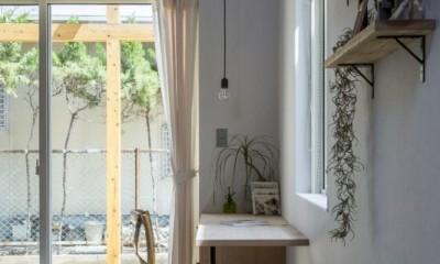 芝生丘のあるプライバシーを確保しつつ開く窓の家(宇治の家) (リビング)
