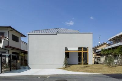 外観 (芝生丘のあるプライバシーを確保しつつ開く窓の家(宇治の家))